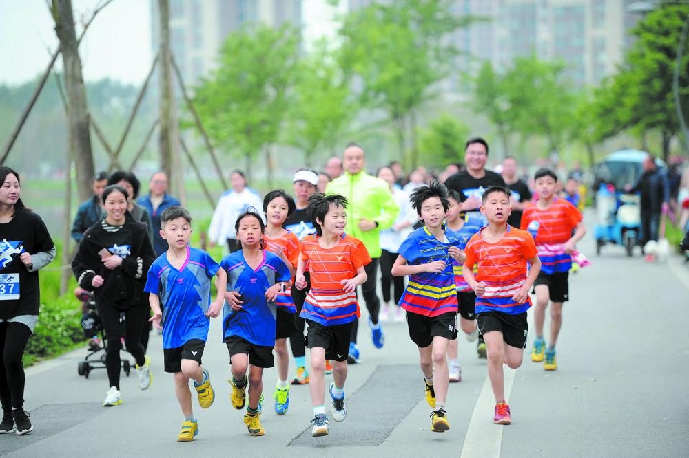 市民在青龙湖湿地公园绿道上跑步健身 本报摄影部图片 记者 李冬 摄