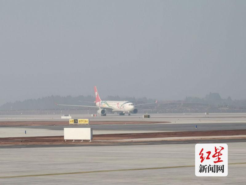 第一架飞机抵达