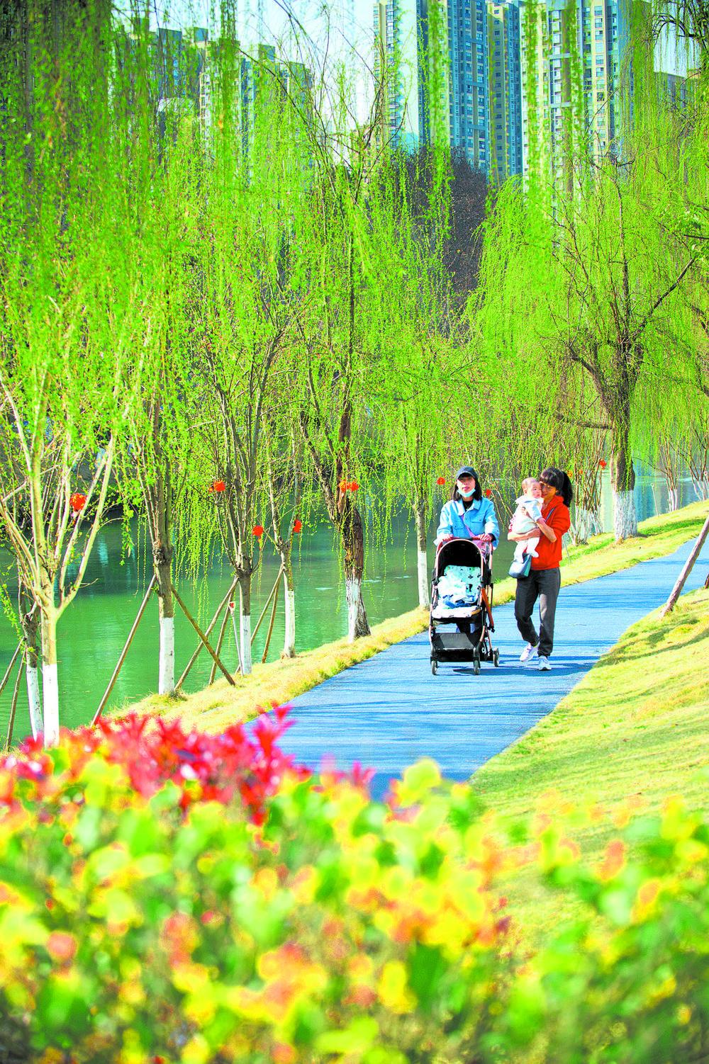 春日暖阳下,市民在沙河城市公园的绿道上悠闲漫步 本报记者 魏麟潇 摄