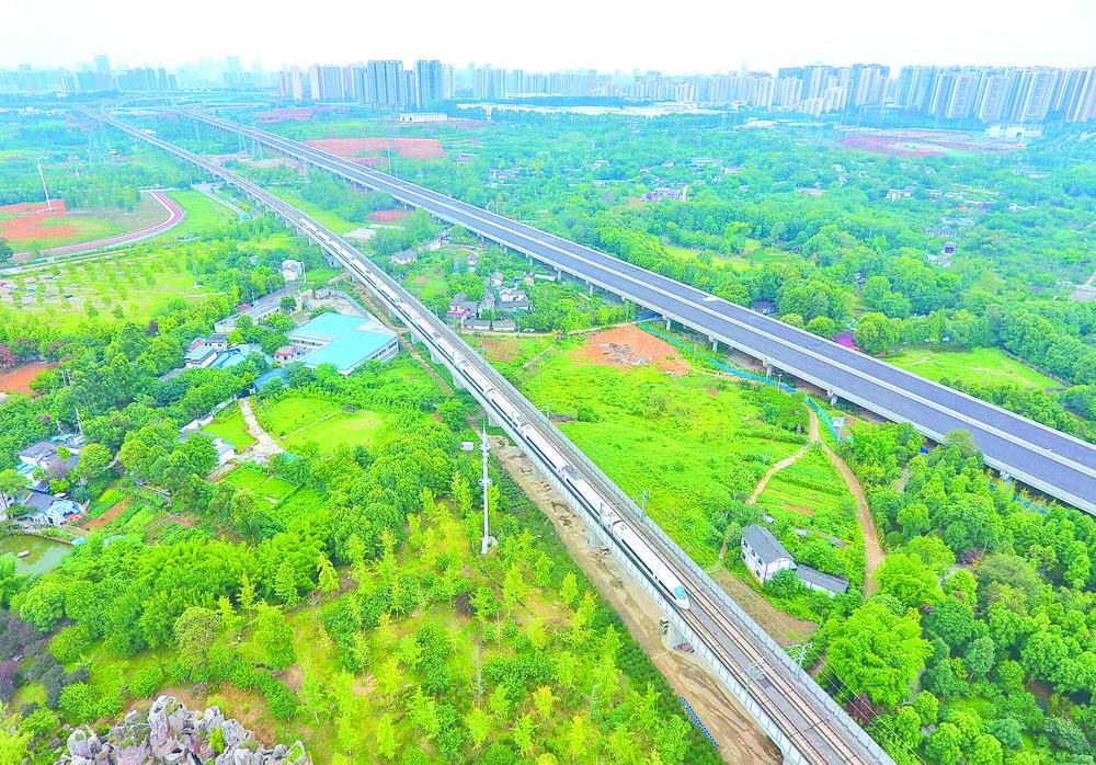 公交化运营的成渝高铁让两地人员流动更为便捷 新华社资料图片