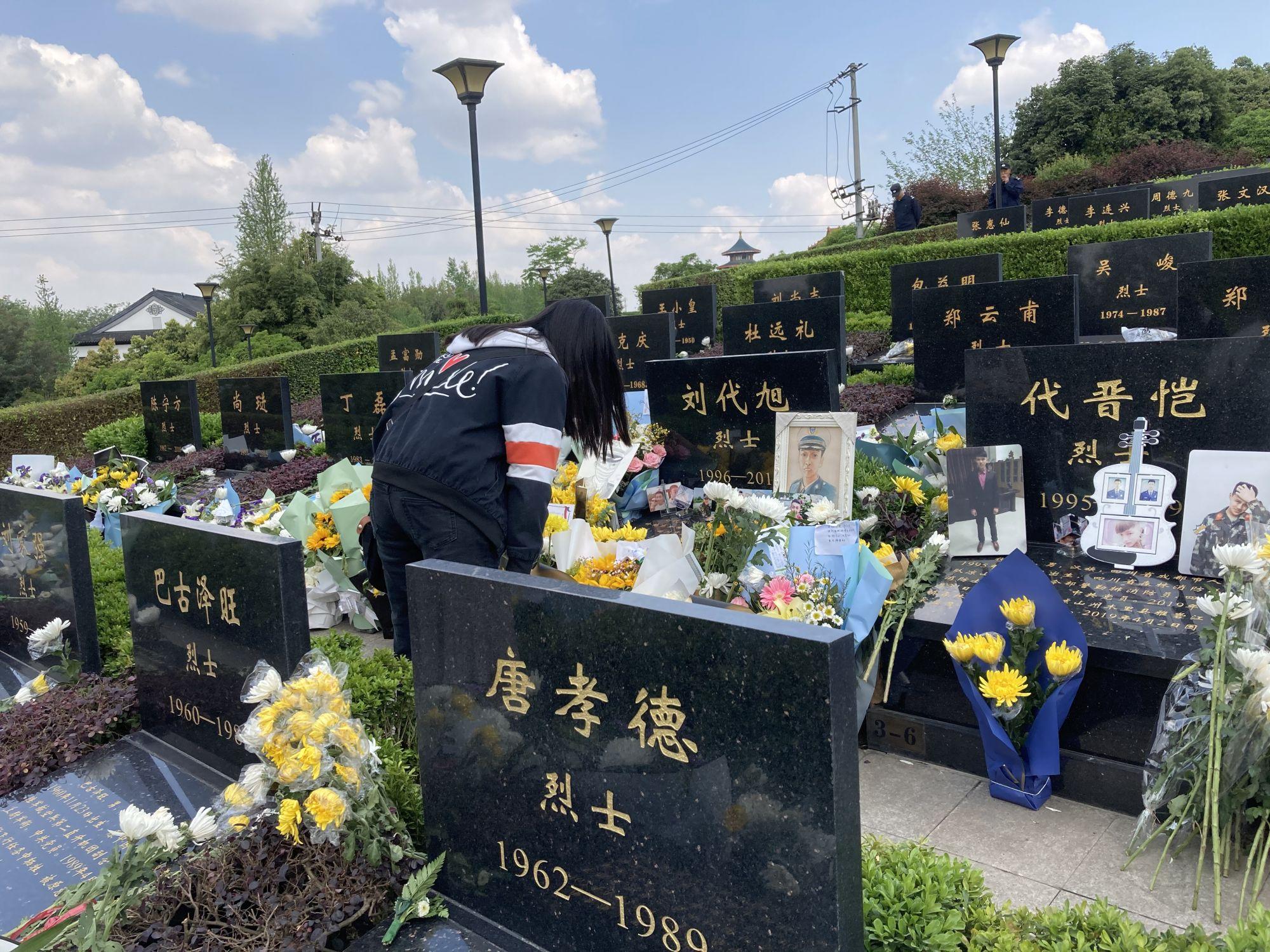 成都市民自发前往成都烈士陵园祭奠英烈忠魂