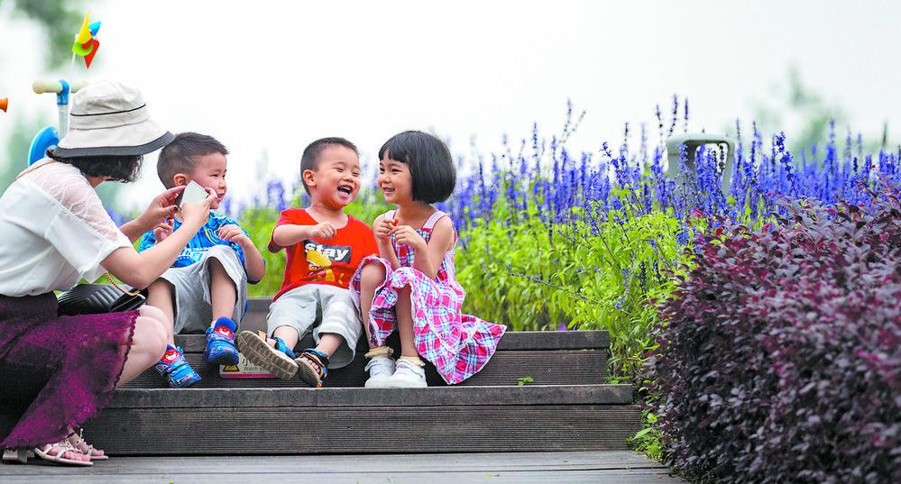天府芙蓉园,孩子们在大人的陪同下玩耍。 本报记者 李冬 摄