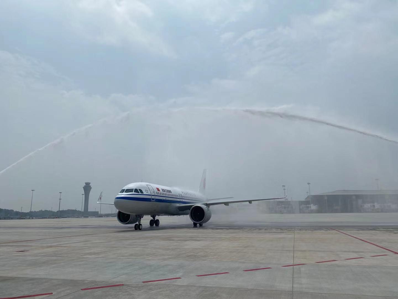 """""""过水门""""迎客!天府国际机场迎来开航后首架进港国航航班"""