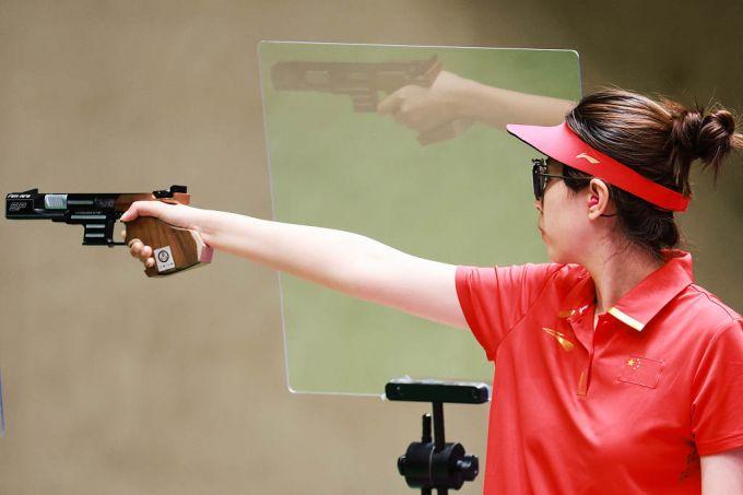 """女子25米运动手枪夺得铜牌 """"00""""后小将肖嘉芮萱有颗大心脏"""