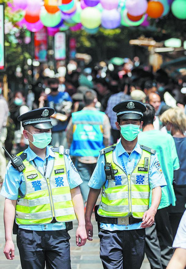 2021年5月1日,黄瓦街派出所民警在宽窄巷子街区巡逻 本报记者 李冬 摄