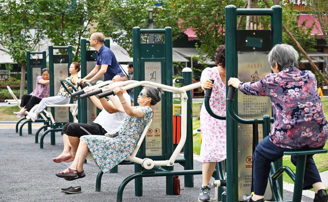 成都市成华区润街,市民在社区公共健身设施上锻炼