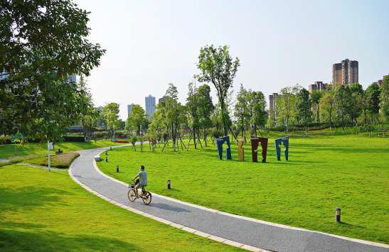 市民在成都市圣灯公园绿道骑行