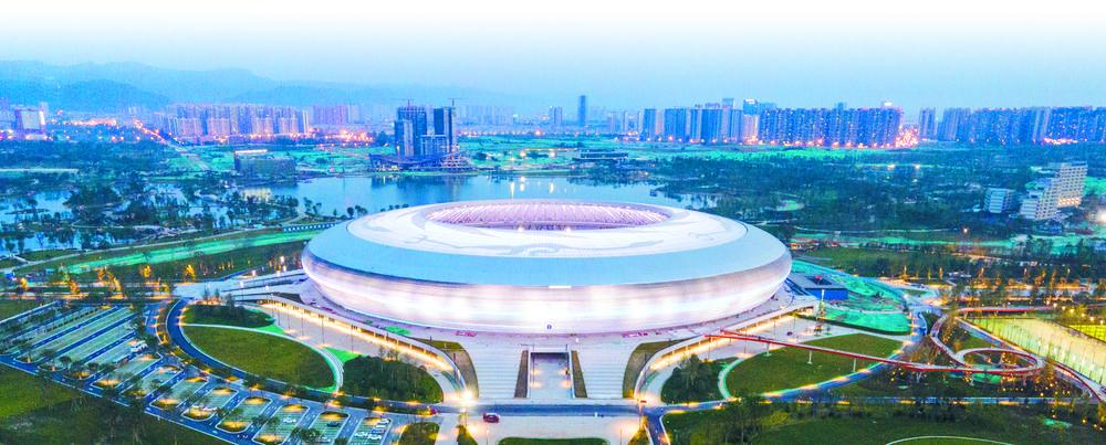 东安湖体育公园等场馆的建设,让越来越多的市民走进体育场馆感受运动魅力 本报记者 李冬 摄