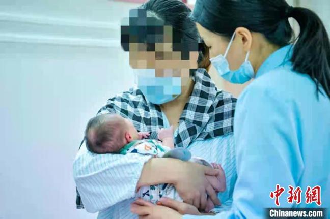 一位母亲与她的孩子。 复旦大学妇产科医院供图